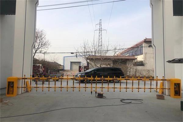 徐州柳新电商产业园选择徐州门道智能科技对开栅栏式道闸产品